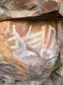 Early stick figures in Malki cave art